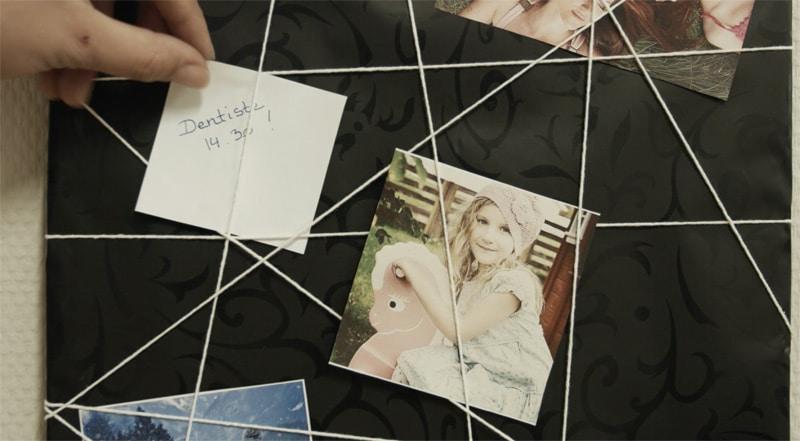 Cadre-photos-graphique-en-carton-avec-ficelle