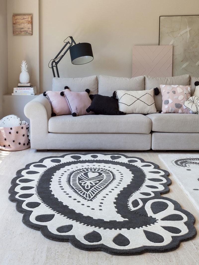tapis-forme-paisley-noir-et-blanc-en-laine-et-coton-gita-lorena-canals