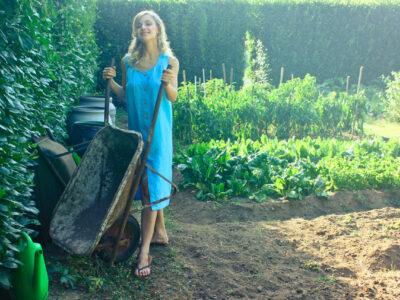 femme qui fait du jardinage